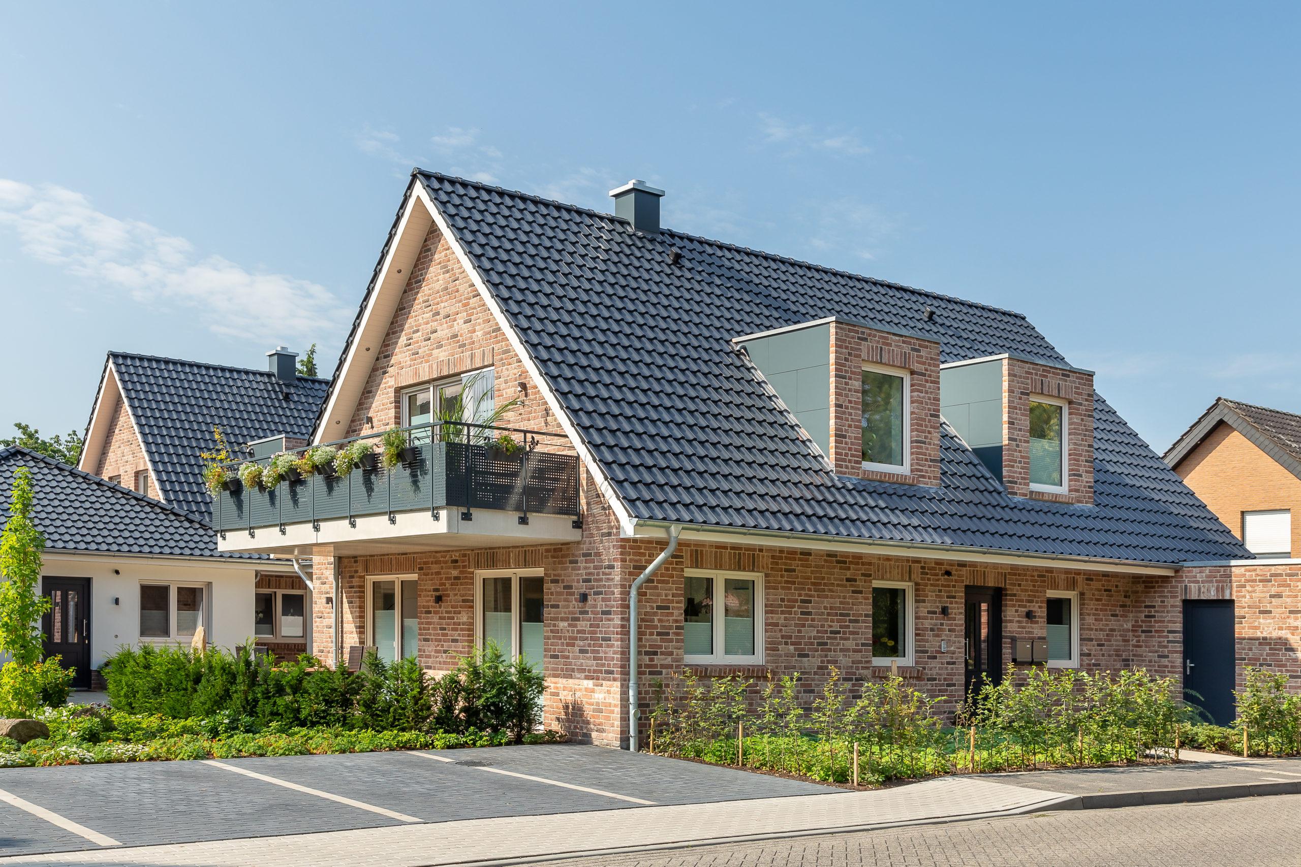 Musterhaus mit schwarzem Satteldach