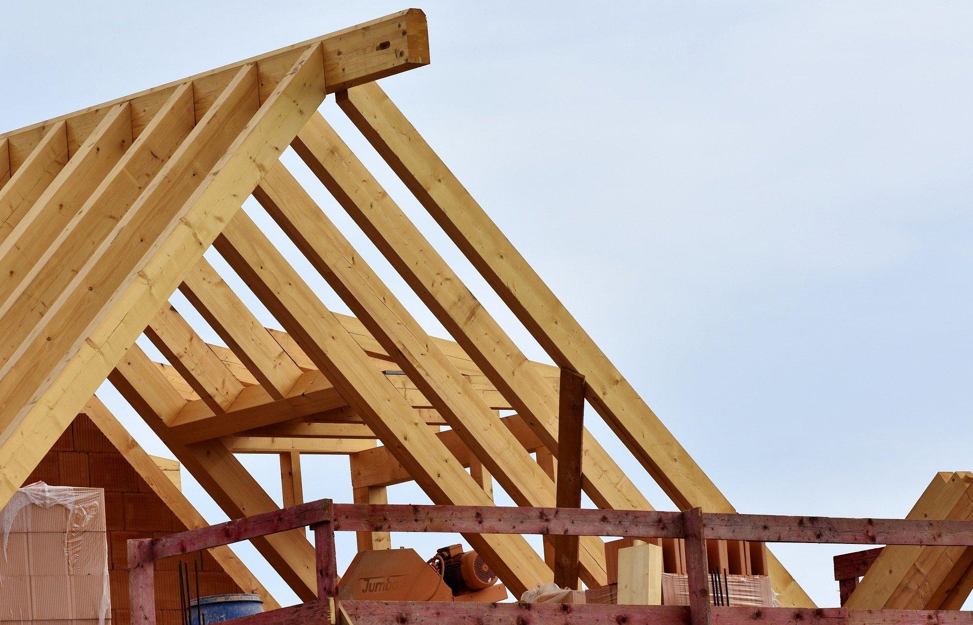 Ein unfertiges Dach mit Gerüst und Materialien