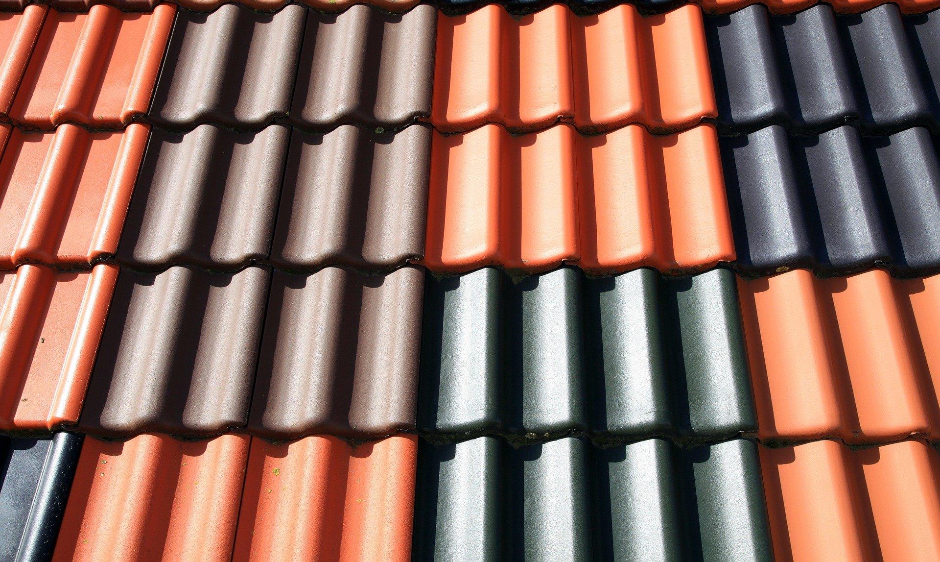 Nahaufnahme von einem Dach mit Bunten Ziegeln